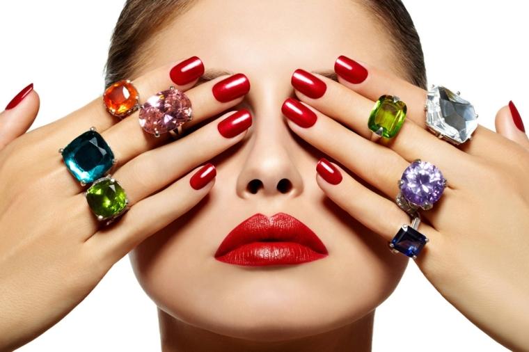 unghie rosse, una manicure elegante e raffinata in una tonalità scura e brillante
