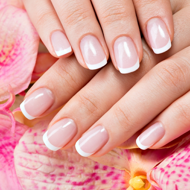 unghie rosa gel, una french manicure realizzata su unghie corte e arrotondate con base rosa chiara