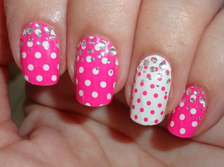 unghie rosa gel, un'idea frizzante e colorata con dei pois e dei brillantini