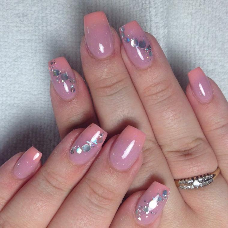 unghie gel rosa, una manicure semplice ma chic grazie ai glitter argento