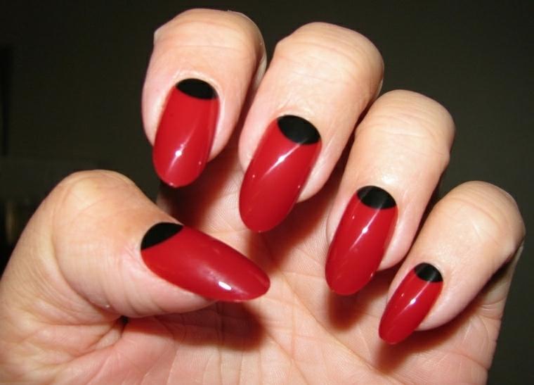 unghie rosso, una manicure originale ma elegante con una decorazione nera ovale