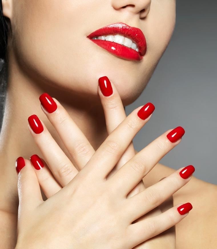unghie rosse, un'idea per l'ultimo dell'anno in tinta unita in una nuance moda