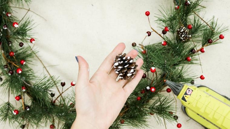 ghirlanda con pigne corona con rametti verdi bacche decorazione fatta a mano