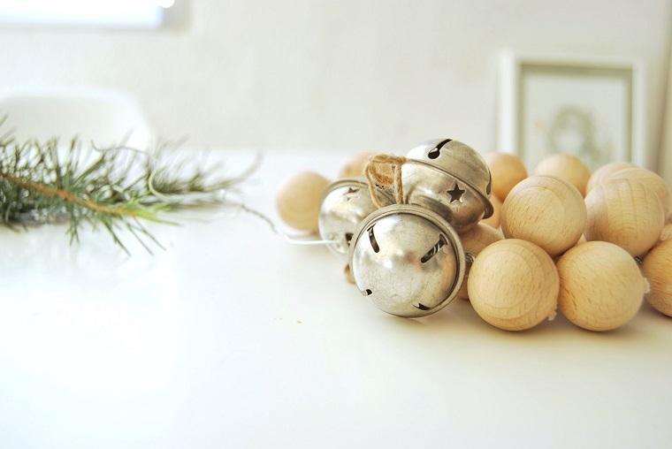 Lavoretti di Natala fai da te, ghirlanda con palline in legno e decorazioni con canapa