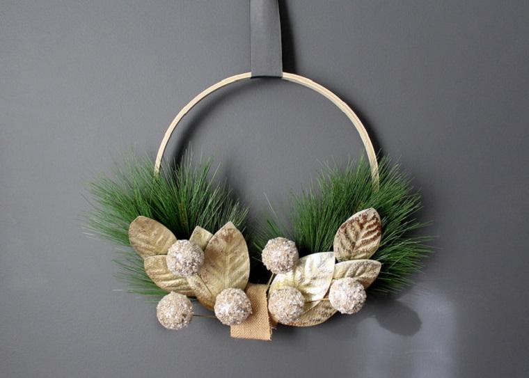 ghirlanda natalizia per porta anello di legno con rametti verdi e pigne