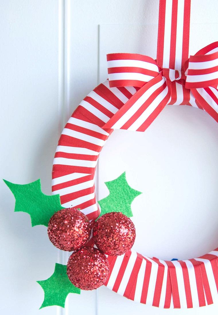 ghirlande natalizie con polistirolo corona con nastro rosso bianco e palline