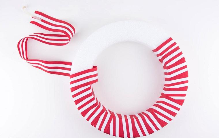 ghirlande natalizie con polistirolo corona con nastro rosso bianco