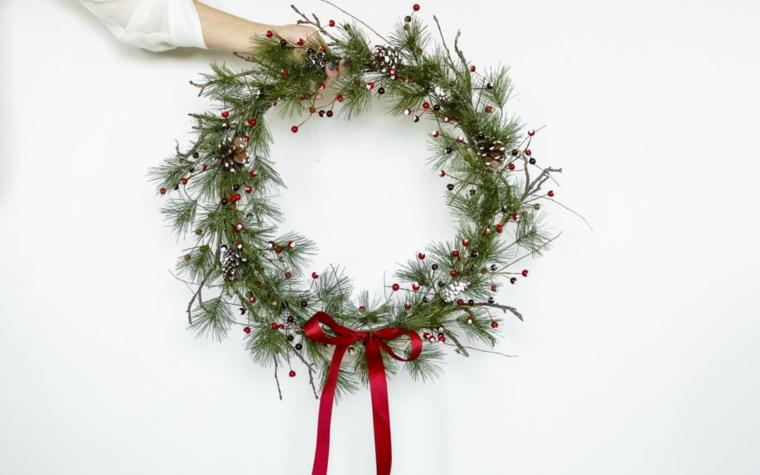 ghirlande natalizie fai da te corona con rametti verdi e bacche rosse