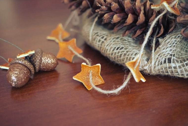 Come addobbare la casa per Natale, ghirlanda fai da te con stelline, pigne e ghiande