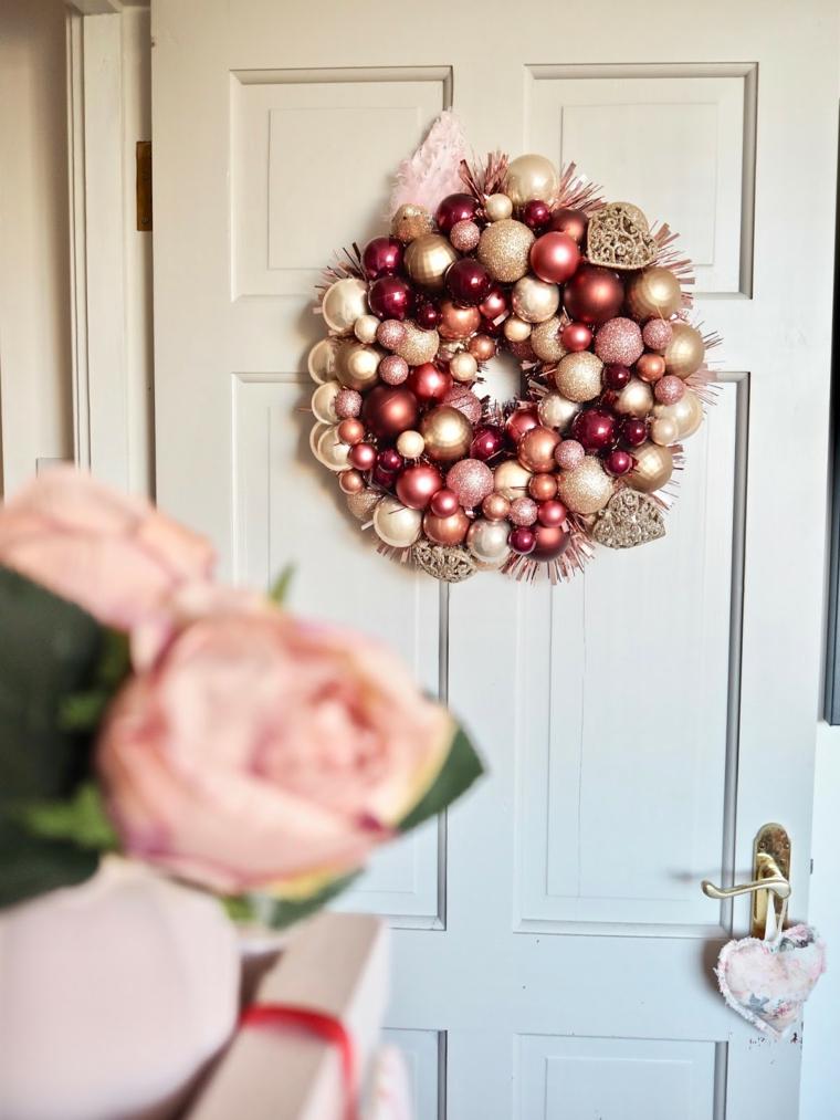 ghirlande natalizie shabby chic fai da te corona con palline color pastello appese alla porta