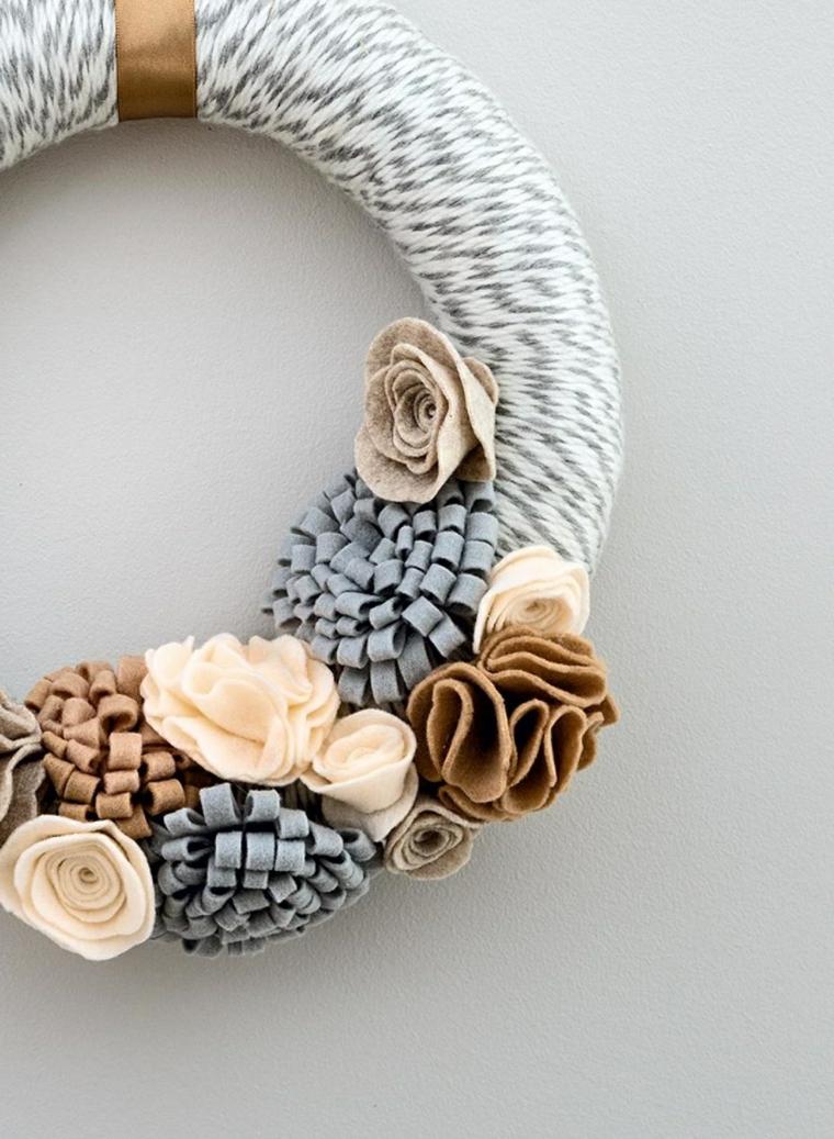 Creazioni fai da te con il feltro, ghirlanda natalizia in tessuto con fiori e pigne finte