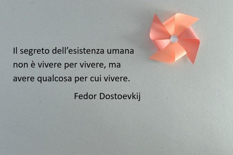 Pensieri sull'esistenza umana di Fedor Dostoevskij, girandola di carta rosa su uno sfondo grigio