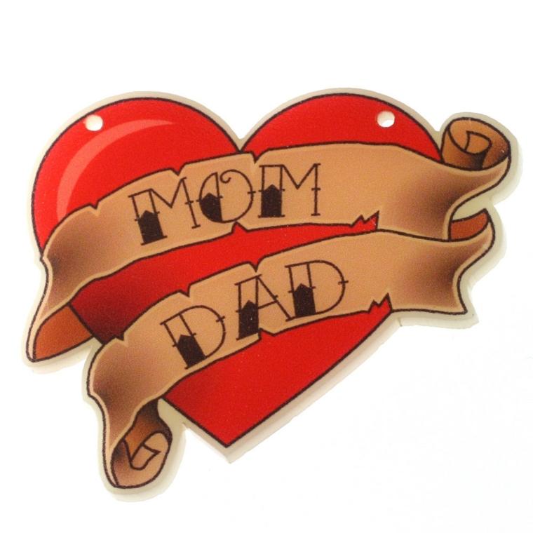 tatuaggio a forma di cuore rosso con due pergamene dorate con le scritte mamma e papà