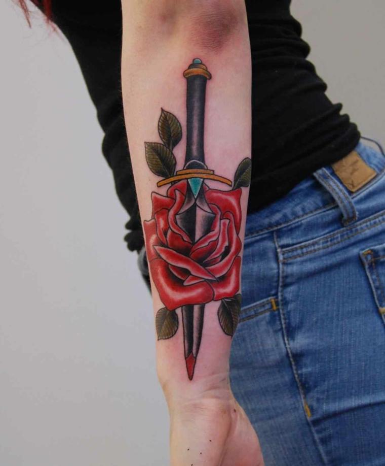 tatuaggio raffigurante una grande rosa rossa trafitta da un pugnale
