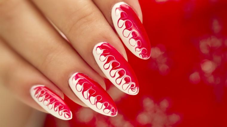 proposta per decorare le unghie in occasione delle feste con smalto bianco e rosso