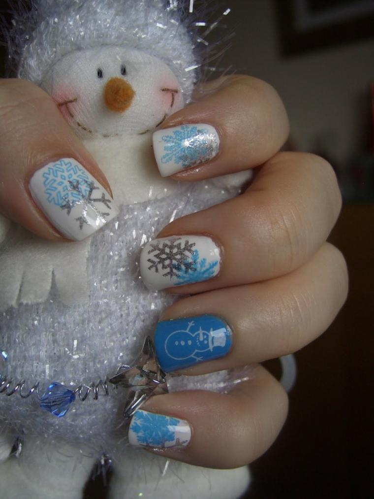 proposta per una manicure natalizia che gioca con i colori freddi, bianco, argento e azzurro