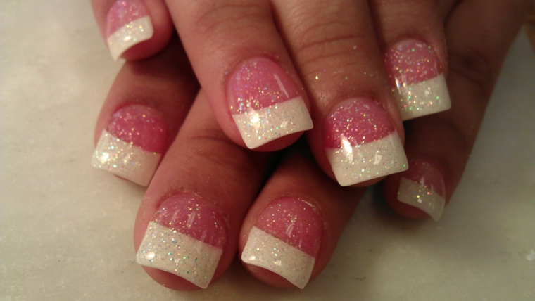 french manicure realizzata utilizzando base rosa trasparente con dei piccoli glitter