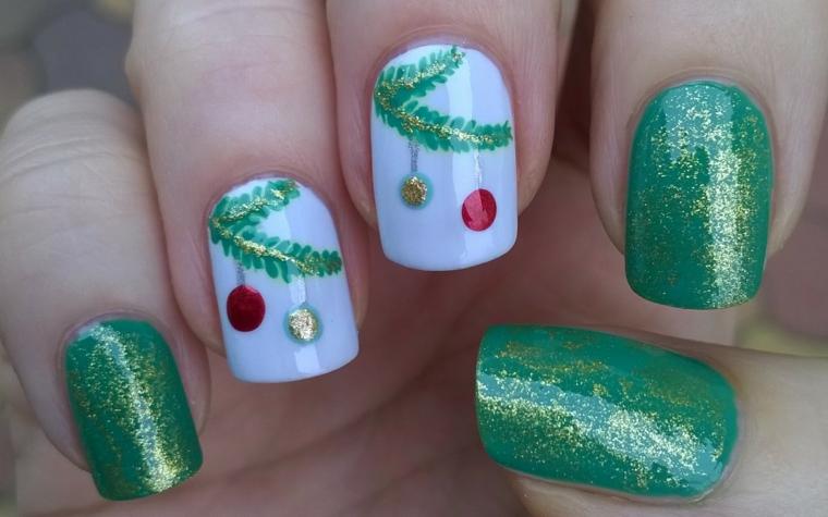 decorare le unghie per natale con dello smalto verde con polvere oro, smalto bianco e decorazioni per anulare e medio
