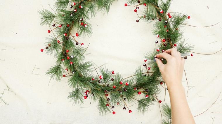 idee addobbi natalizi fai da te corona di rametti verdi e bacche rosse