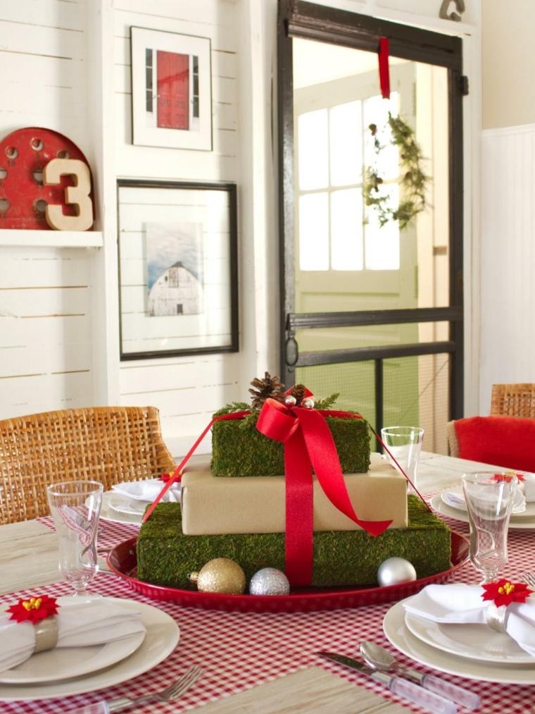 Centrotavola fai da te, vassoio rosso con dei pacchetti regalo incartati con carta di colore verde e legati con un nastro rosso