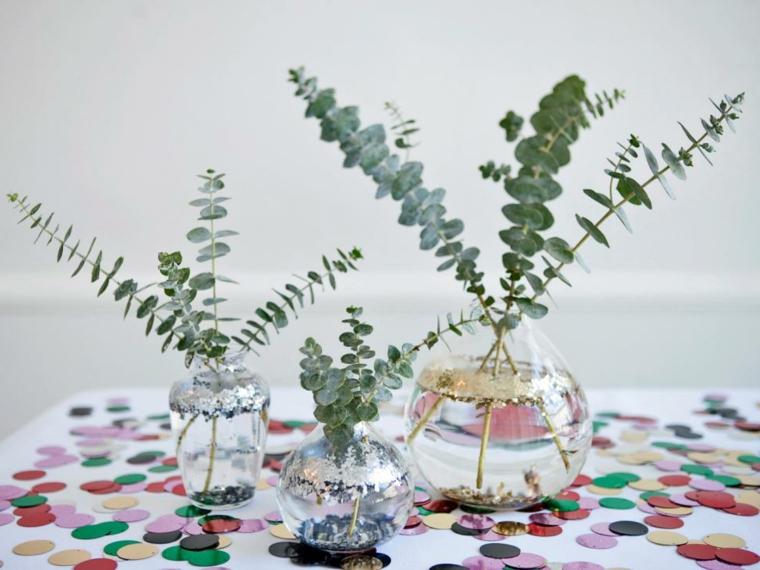 Centrotavola fai da te, composizione floreale con dei vasi e piantine verdi