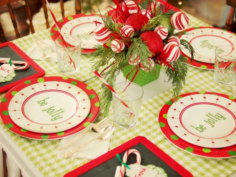 Centrotavola natalizi, un'idea con un vaso con rametti e palline decorative di colore rosso
