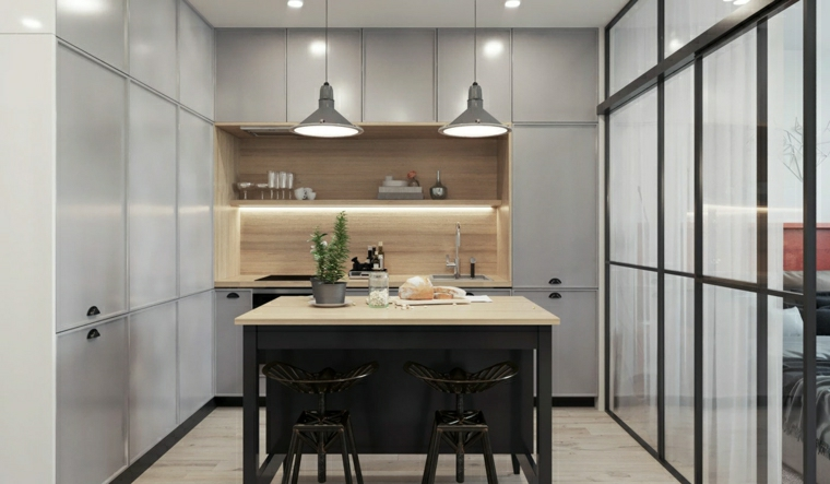 Arredamento funzionale con armadietti alti con superficie lucida di colore grigio e lampade a sospensione