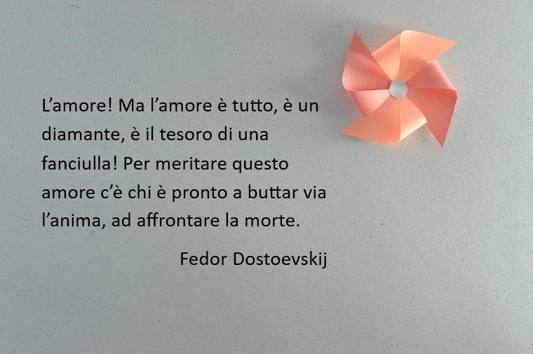 L'amore secondo Fedor Dostoevskij, immagine con uno sfondo grigio e una girnaodola rosa