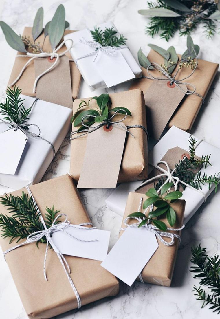 Idea semplice per impacchettare i regali di Natale con della carta di colore beige e rametti verdi