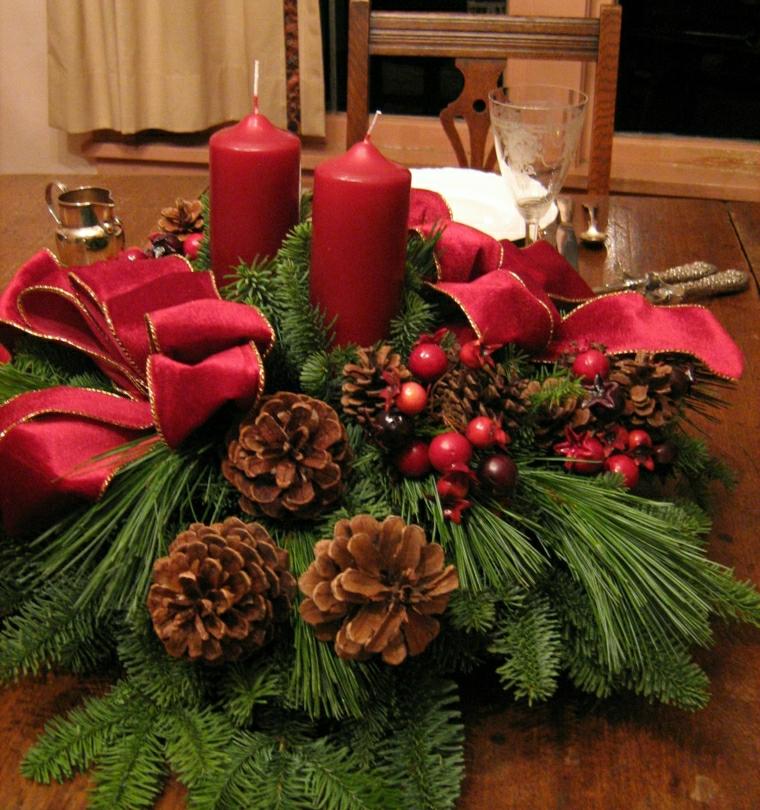 Idee per Natale e un centrotavola fai da te con pigne, rametti e candele di colore rosso