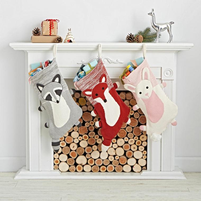 Creazioni natalizie, calze con personaggi diversi da attaccare al camino in casa