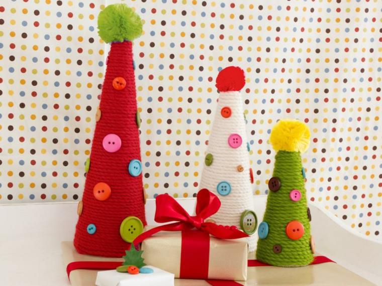 Lavoretti creativi per bambini, cappellini di stoffa per decorare il tavolo per Natale