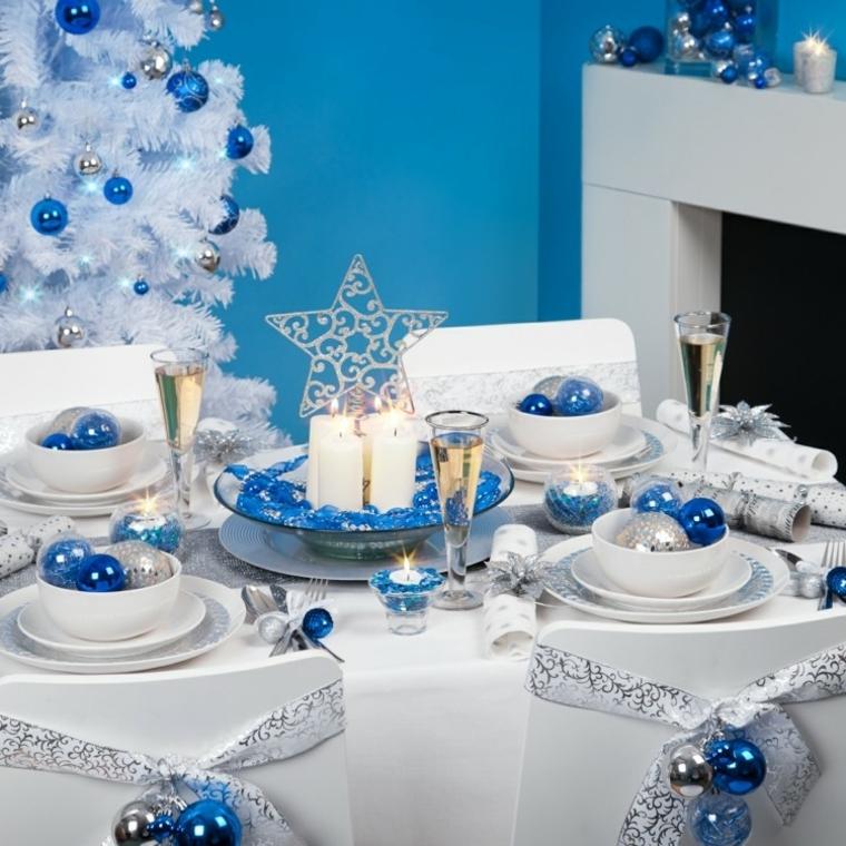 Centrotavola natalizi, un'idea con un piatto di vetro, palline blu decorative e candele