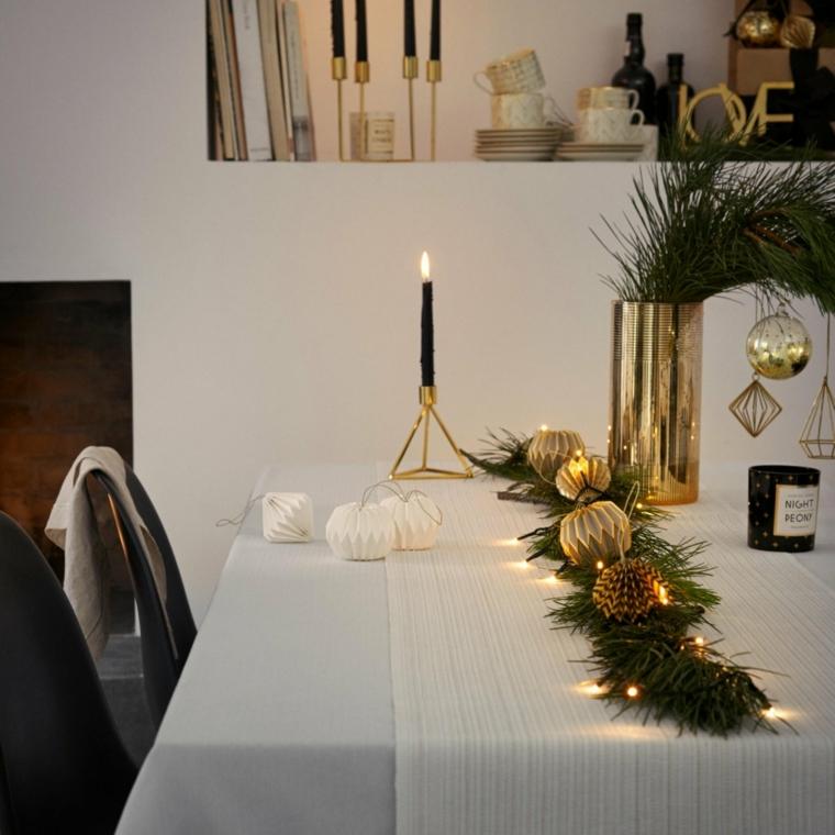 Come fare un centrotavola natalizio, idea con palline, pigne e rametti addobbati con lucine