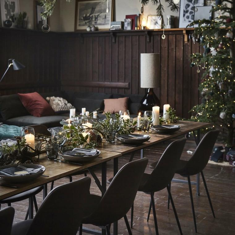 Tavola di Natale, idea per un centrotavola lungo con rami e foglie verde, aggiunta romantica di candele