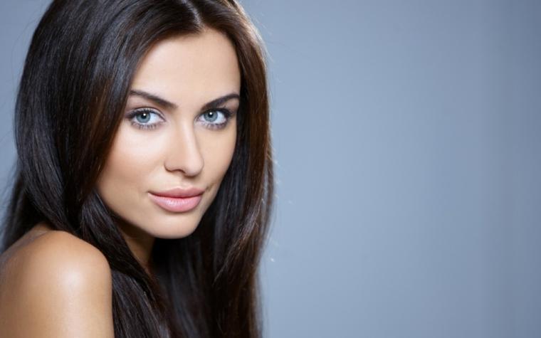 immagini trucco occhi una proposta per gli occhi azzurri e i capelli scuri, semplice e naturale