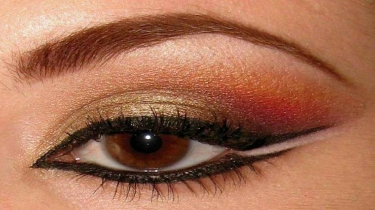 truccare gli occhi, eye liner sopra e sotto con una riga bianca per allungare l'occhio