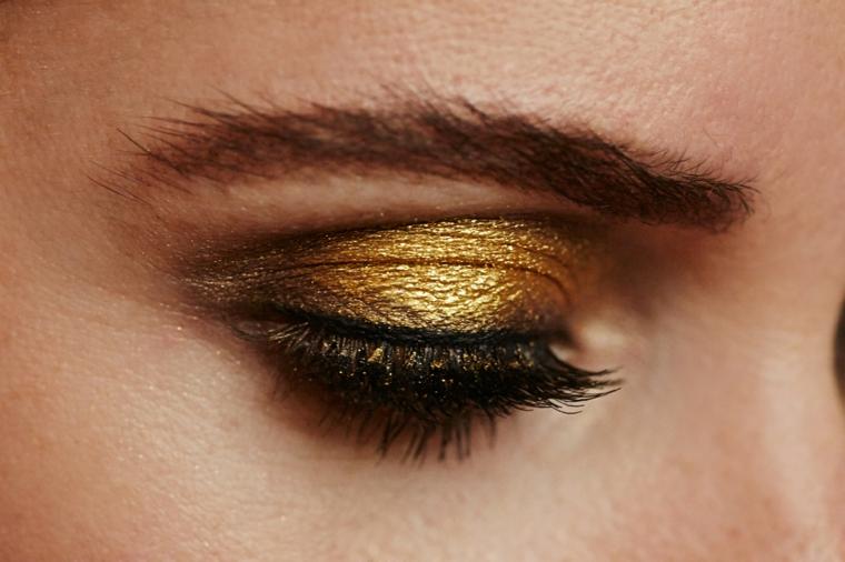 come truccare occhi, una proposta con dell'ombretto color oro e del rimmel nero