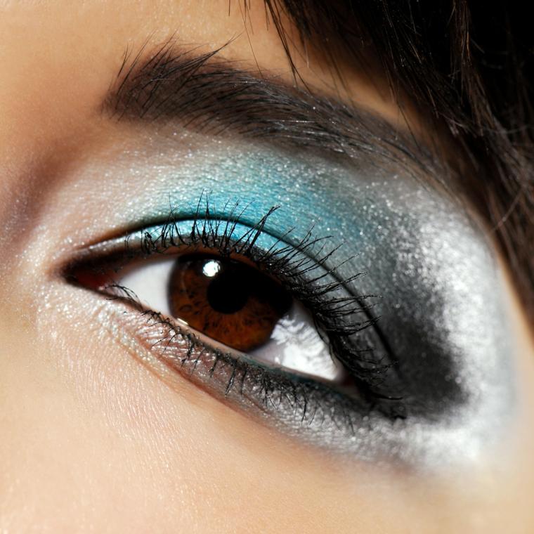 trucco per gli occhi ideale per occasioni particolari realizzato con dell'ombretto azzurro, nero e ghiaccio