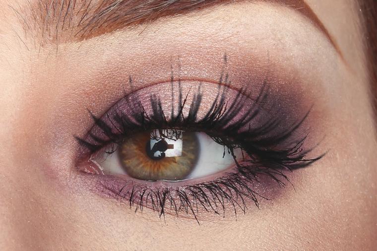come truccare occhi, una proposta realizzata con dell'ombretto viola brillante e del rimmel nero allungante