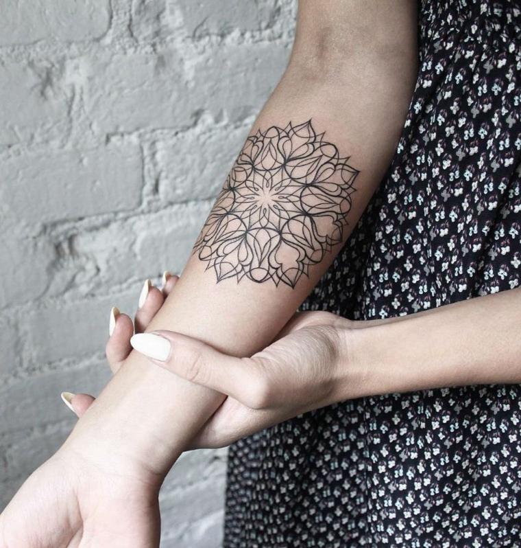 Idea per una tatuaggio con disegno di una mandala sul braccio di una donna