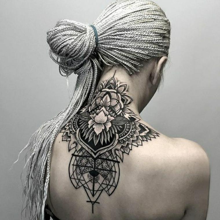 Disegni belli, tatuaggio mandala sul collo e la schiena di una donna con disegni e forme geometriche