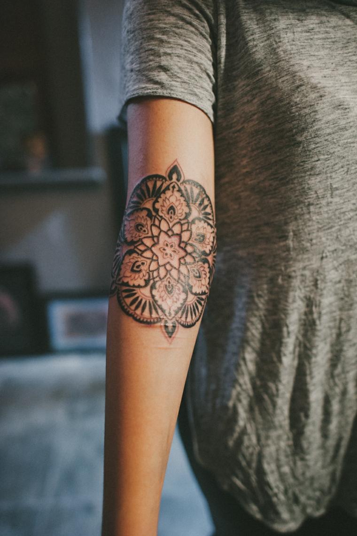 Tatuaggio mandala, idea disegno per il braccio di una donna