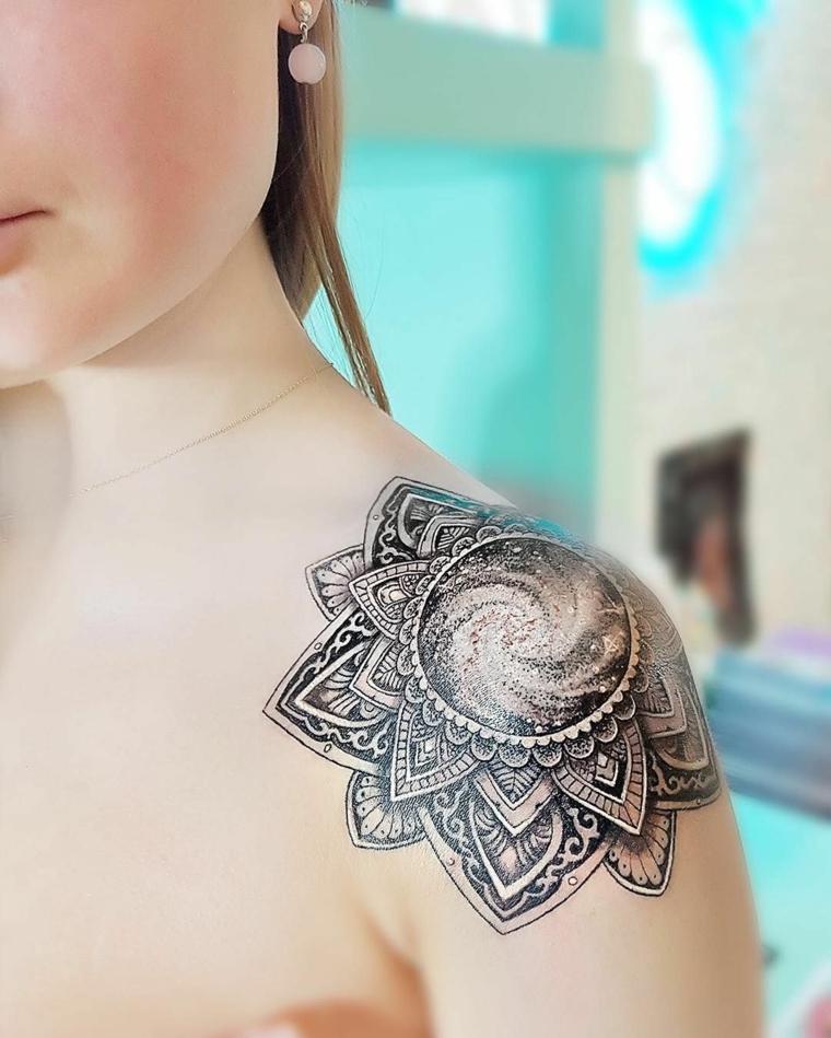 Tatuaggi piccoli particolari femminili, disegno di mandala sulla spalla di una donna