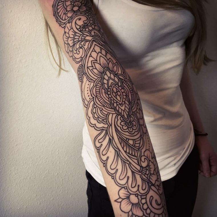 Disegno molto grande di un mandala sul braccio di una donna e di colore nero