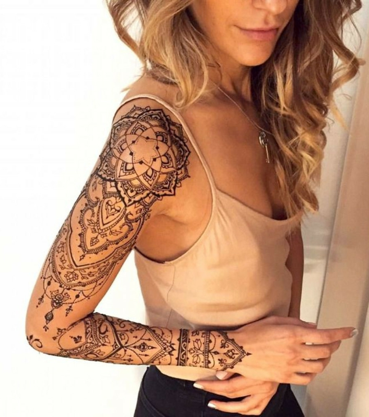 Grande tatuaggio mandala sul braccio di una ragazza giovane