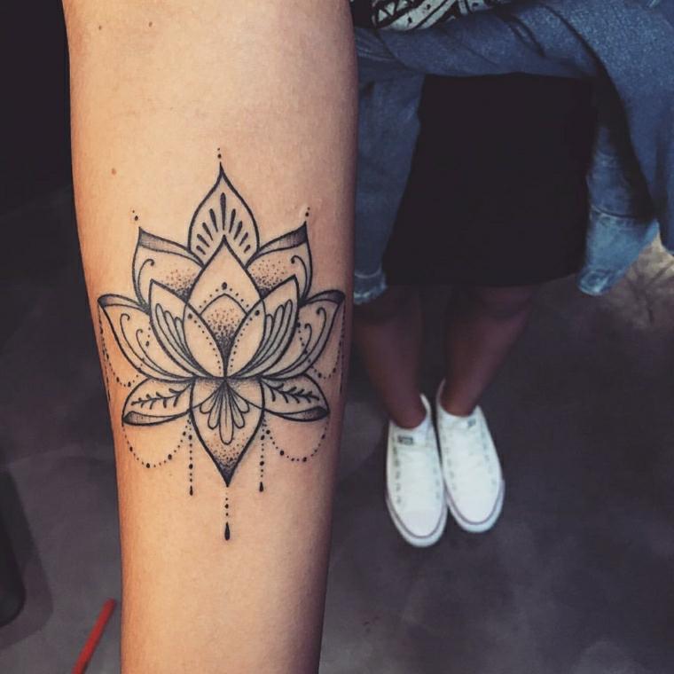 Mandala con motivi floreali, tatuaggio sul braccio di una donna