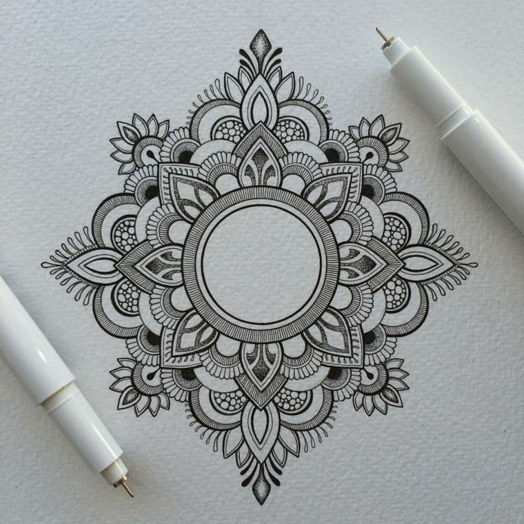 Disegno a matita di una tatuaggio mandala di colore nero con forme geometriche