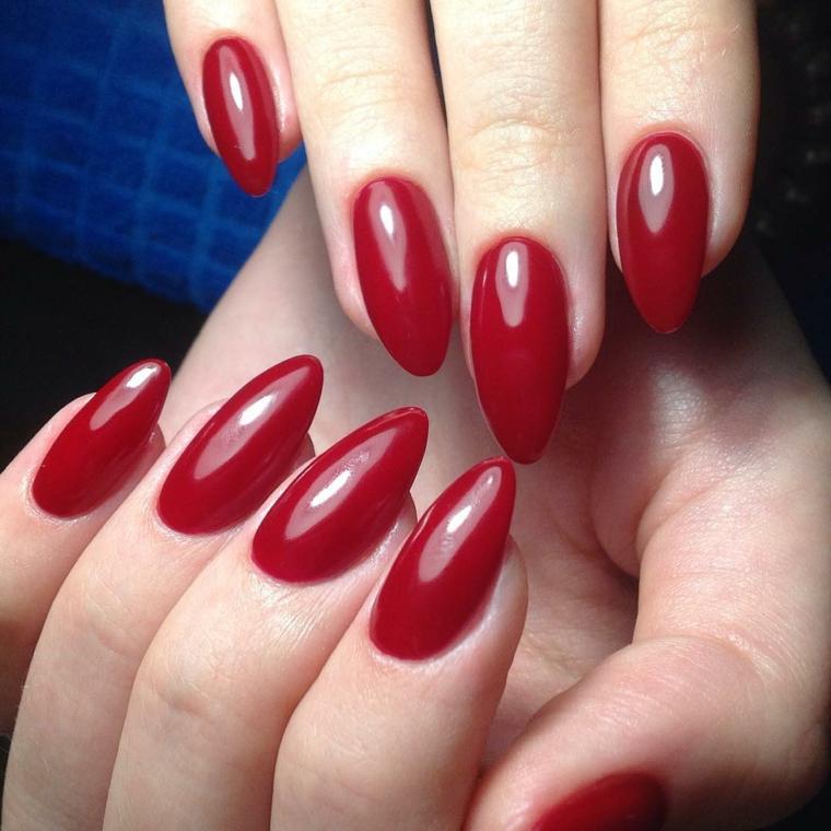 Unghie lunghe con punte a mandorla, smalto gel di colore rosso