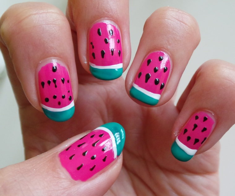 nail art design dedicata all'estate e ai suoi frutti colorati e golosi: l'anguria